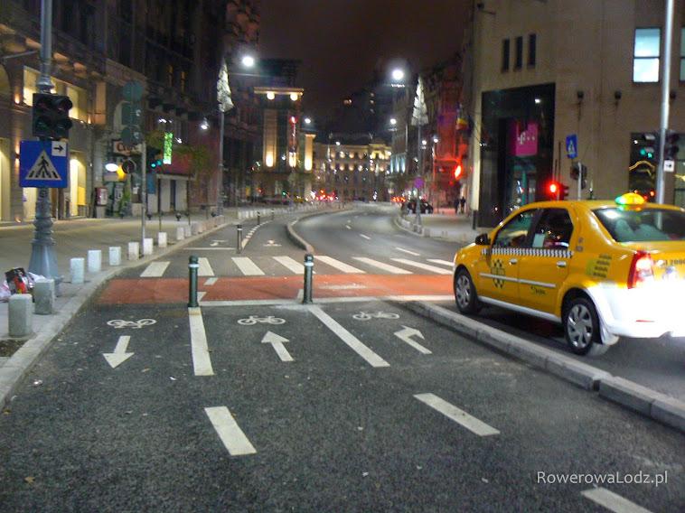 Dwukierunkowa droga dla rowerów i oznakowany skręt w prawo... a dalej na czerwono przejazd dla rowerów.