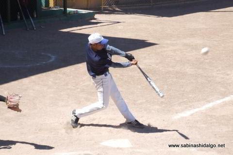 Eduardo Gaytán de Burócratas A en el softbol dominical
