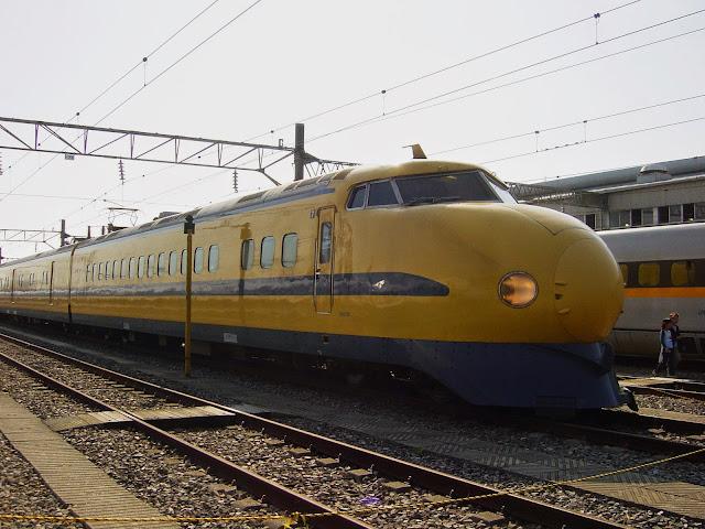 Tàu hỏa Doctor Yellow trên đường ray Nhật Bản