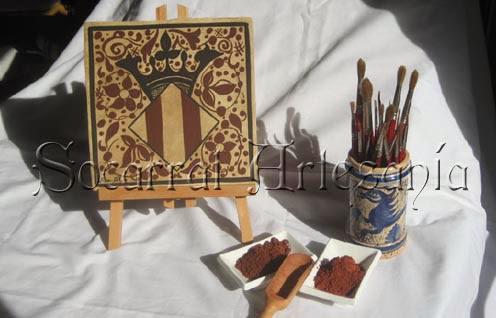 Socarrat con el escudo de Valencia, siglo XV. Nuestros socarrats son realizados de manera artesanal, con materiales y diseños de la época.