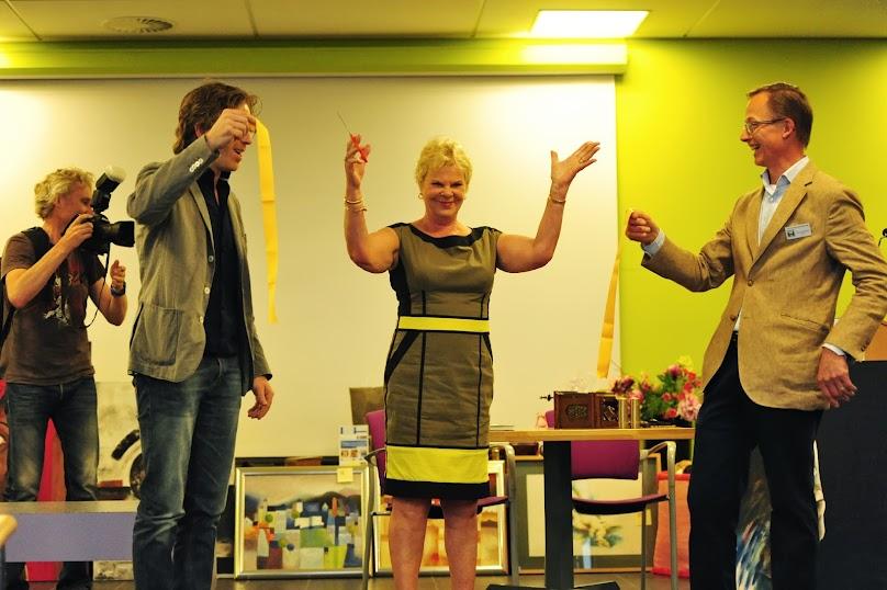 Victoria de Heus, Ronald Hartkamp (leden van het Comite van Aanbeveling) en Fons Vermeulen (voorzitter) hebben samen de Toon Hermans Salon officieel geopend.