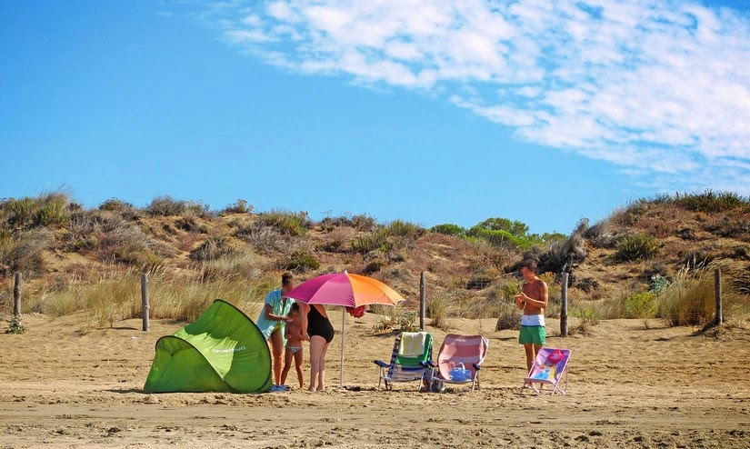 Una familia disfruta de un día de verano en la playa de Los Enebrales