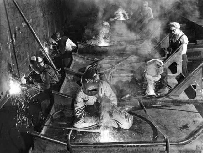 Mulheres trabalhando na construção de um porta-aviões. Fotografia: Margaret Bourke-White — Time & Life Pictures/Getty Images