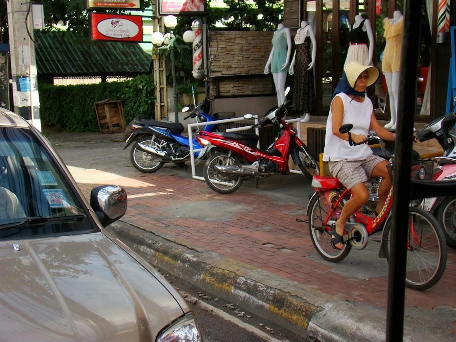 Turista usando la acera