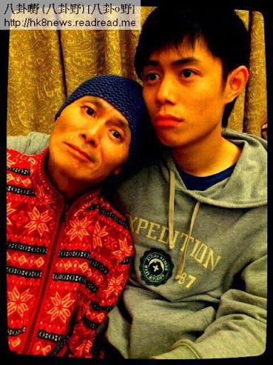 康情中的劉家輝倚在兒子身旁。