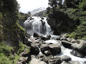 Cascada de Aiguallut y Aneto al fondo