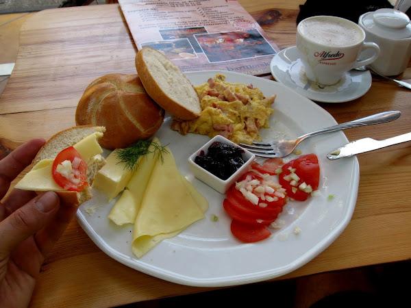 śniadanie na mieście - świeże kajzerki i jajecznica z szynką