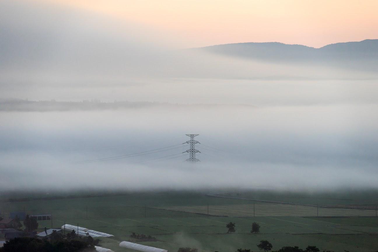 雲海に浮かび上がる鉄柱