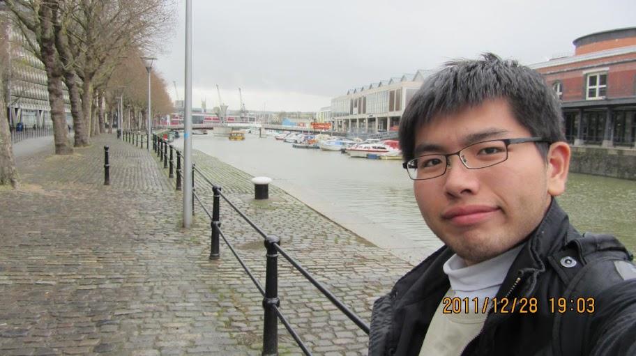 我在Brsitol的港口邊