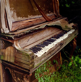 Example of keeping a piano outdoors