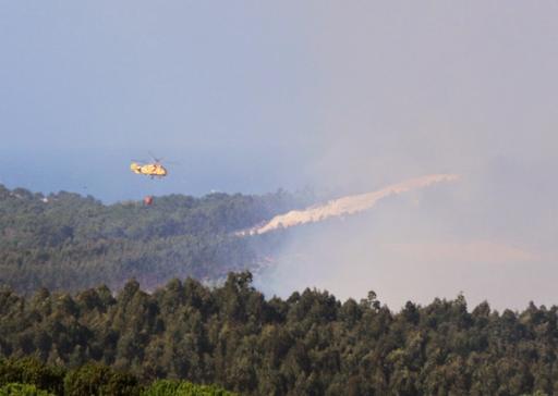 Helicópteros ajudaram a combater as chamas (foto Carlos Tiago)
