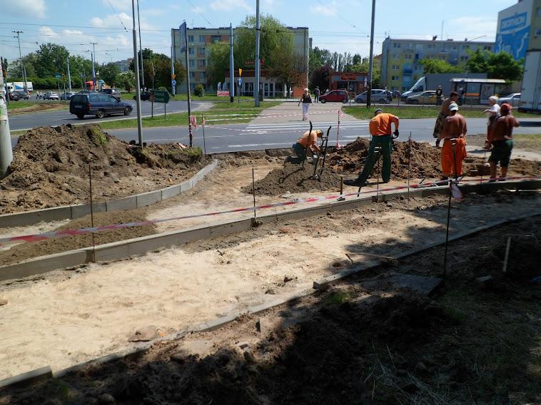 Przejście przez Pabianicką. DDR idzie do parku łukiem wzdłuż obecnego chodnika. W tym miejscu przejazdu nie będzie.