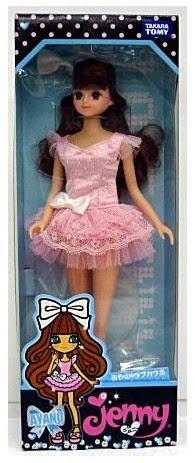 Búp bê Jenny Cô nàng Ayano mặc váy hồng cao khoảng 27 cm, được làm từ chất liệu nhựa cao cấp