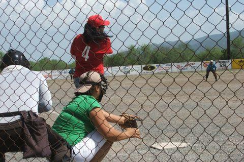 Hortencia Montemayor de Pioneras de Vallecillo en el softbol femenil del Club Sertoma.