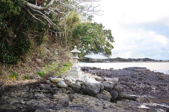 入口は島の裏側