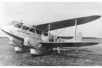 1937. gadā tiek iegādātas divas divmotoru lidmašīnas un 15. jūnijā tiek atklāta gaisa satiksme starp Liepāju un Rīgu.