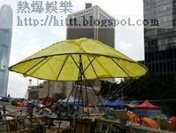 「佔鐘」撐有黃色大雨傘。 (突發圖片)