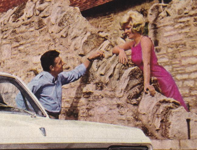 Publicité vintage : Quand les Anglaises se mettent à être belles... - Pour vous Madame, pour vous Monsieur, des publicités, illustrations et rédactionnels choisis avec amour dans des publications des années 50, 60 et 70. Popcards Factory vous offre des divertissements de qualité. Vous pouvez également nous retrouver sur www.popcards.fr et www.filmfix.fr