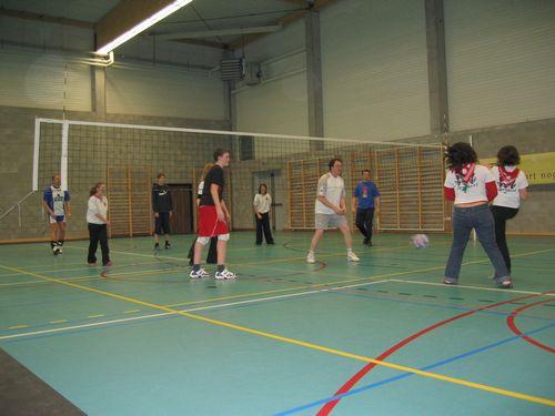 Ook bij het volleyballen deed iedereen graag mee.