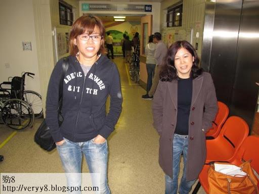 宣萱(左)於Bobby經理人Lydia陪同下,到醫院探望老友,相當有心。