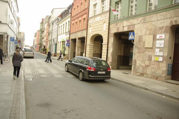 Samochód najeżdżający na wywyższone przejście dla pieszych
