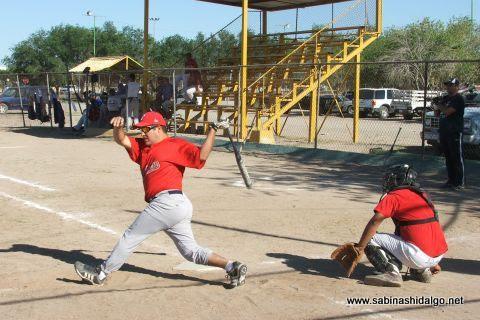 Roberto Cárdenas de Maypa Trucking en el softbol sabatino