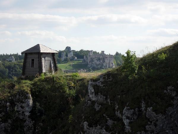 zamek ogrodzieniec widziany z grodu birów podzamcze