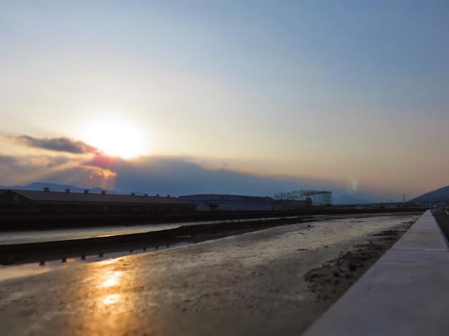 曽根干潟に注ぐ竹馬川の夕方のっ風景-1