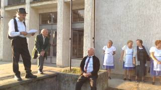 Kisbíró - Jákó - zenekar bevonul