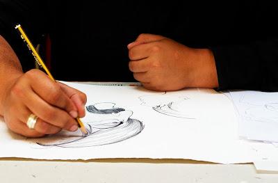 Joel Clavel fent un dels dibuixos del llibre