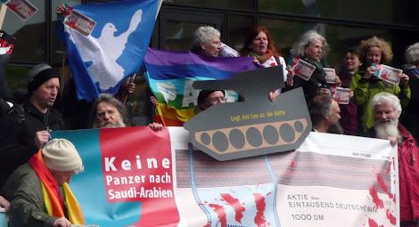 Demonstranten mit Transparenten und Friedensfahnen vor Rheinmetall.