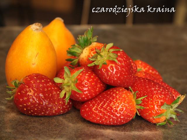Nispero i świeże truskawki z Majorki