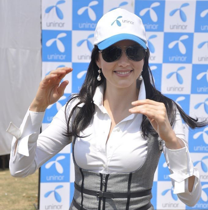 yana gupta sizzles at uninor holi event photo gallery