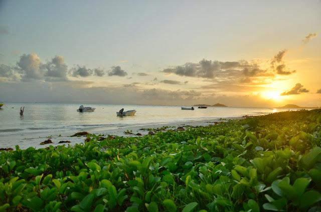 Ada i zachód słońca na Grand Anse, Praslin.