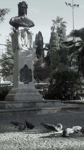 o busto de dante, homenagem na praça.
