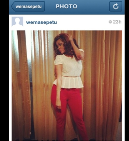 To complete the look,she rocked these red strechy denimswith brown