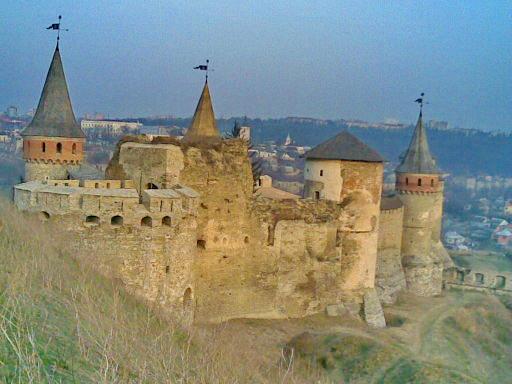 Зліва - вежа Рожанка, на передньому плані - Нова західна вежа, позаду Денна вежа, справа - Ляська або Біла вежа, Тенчинська башта, по центру видніється вершечок башти Лянцкоронського. Кам'янець-подільський замок