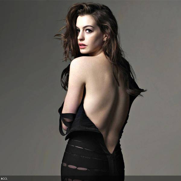 Anne Hathaway recently won an Oscar and is getting hotter each day. She was recently spotted 'bra-less' at Met Ball and looked a lot different from her usual self.