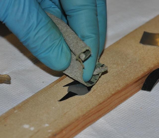 Lijando la pequeña chapa de aluminio