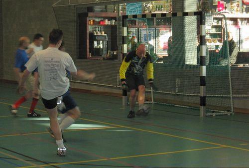 Danny probeert de bal uit het net van Gooik & Strijland te houden. Hier lukt het net niet.