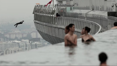 【動画】シンガポールのマリーナベイサンズ屋上庭園からスカイダイビング
