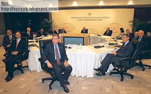 前特首董建華曾成立國際顧問委員會,邀請多位跨國公司代表討論香港發展,時任財政司司長梁錦松(左二)也有參與。(《蘋果日報》圖片)