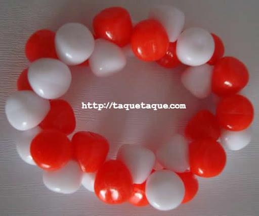 pulsera roja y blanca