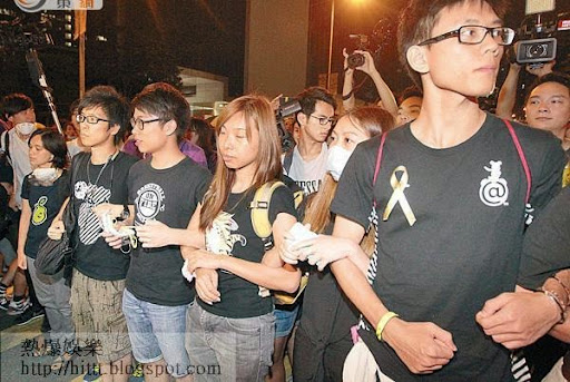 特首辦<br>堅持死守特首辦外的示威者,手翹手顯示決心。
