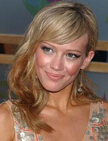 Hilary Duff com os cabelos penteados de lado