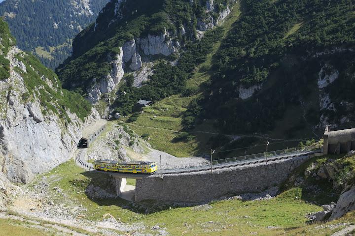 Die Wendelsteinbahn kurz vor Ankunft an der Bergstation