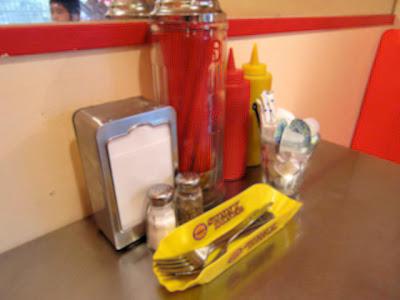 店内のテーブル上のケチャップ、マスタードのボトル