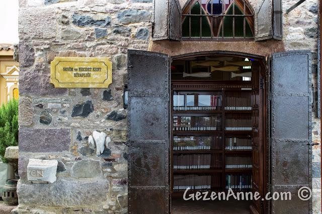 Cunda'daki Sevim ve Necdet Kent Kitaplığı'nın girişi