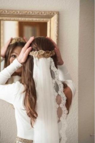 Corona de hojas doradas para novias