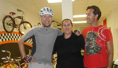 Chris, Kristina und Gerardo im Coolbikes-Shop, Playa Blanca, Lanzarote